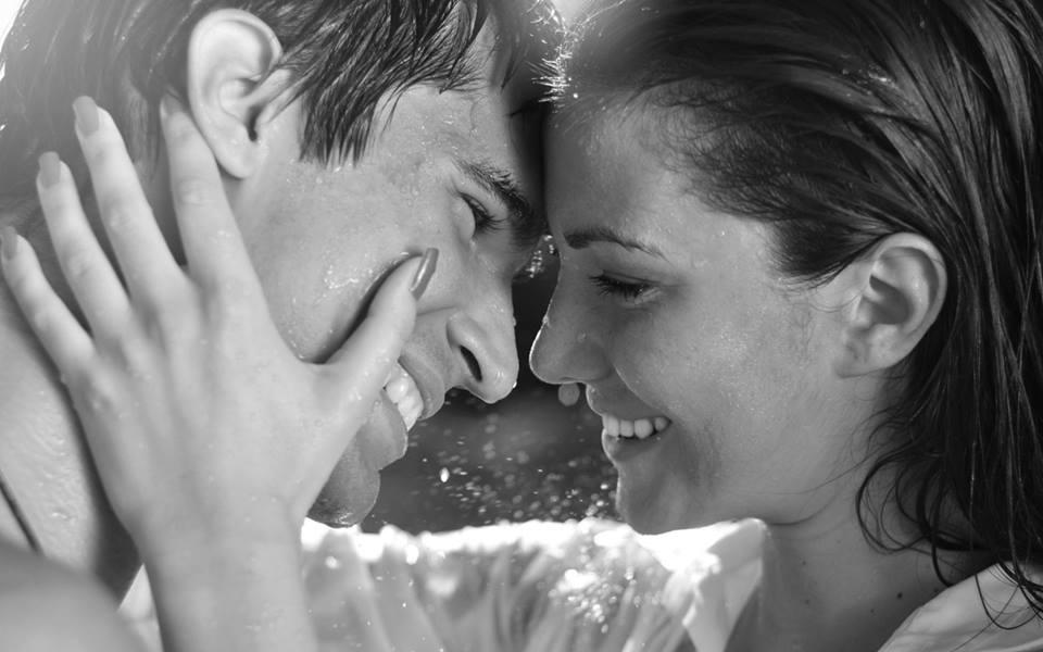 femme-homme-couple-amoureux-mains-tient-tete-sourire-soleil-cheveux-mouilles-noir-et-blanc