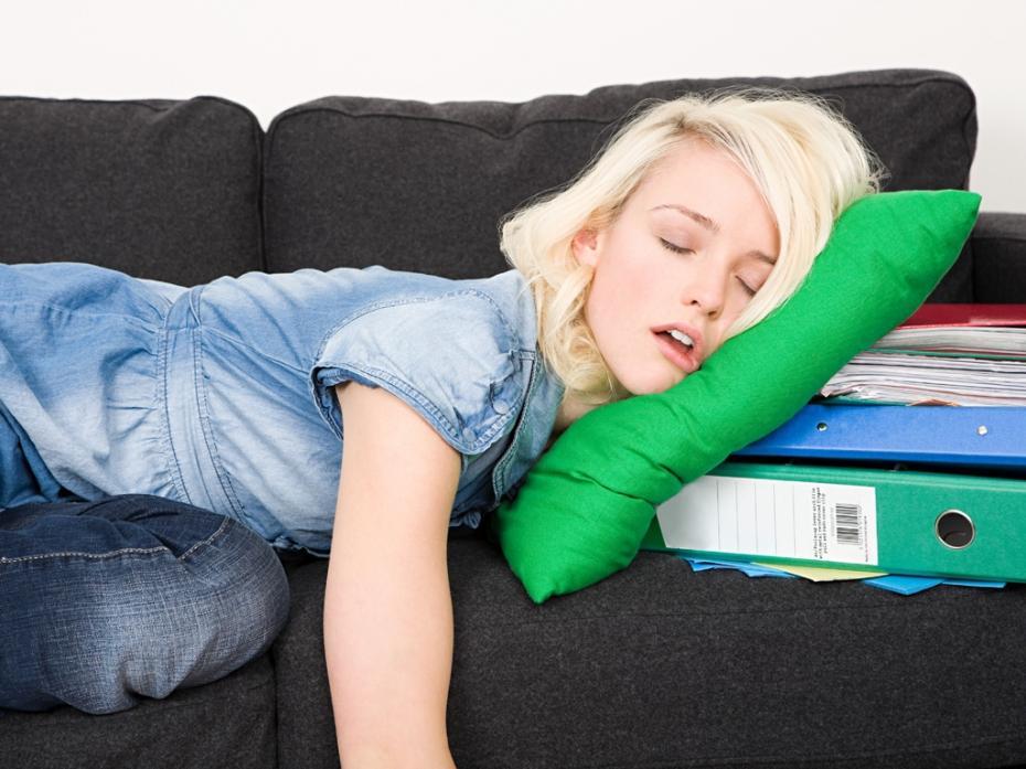 5 choses que les gens productifs font avant de dormir booster ma vie - Dormire sul divano ...